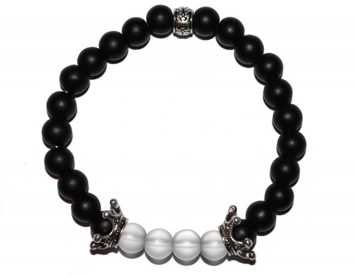 Matně černý náramek se stříbrnými korunkami a bílými perlami