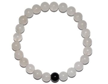Náramek z bílých perel s černým korálkem