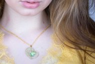 Valentýna SWAROVSKI (náhrdelník zlatý, krystal zelený)
