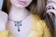 Křížek (náhrdelník černo-stříbrný)
