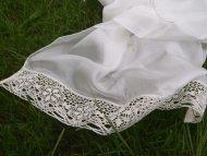 Hedvábný šál zdobený krajkou bílý