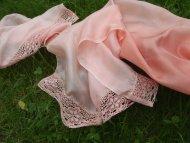 Hedvábný šál zdobený krajkou růžový