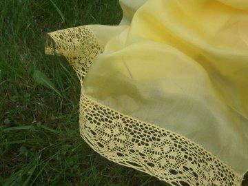 Hedvábný šál zdobený krajkou žlutý