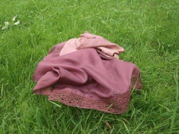 Hedvábný šál zdobený krajkou hnědý