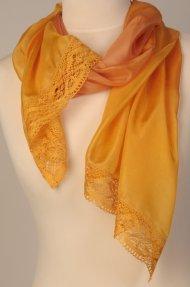 Hedvábný šál zdobený krajkou žlutooranžový