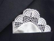 Hedvábný kapesníček zdobený krajkou bílý