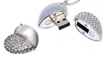 USB klíč 8GB ve tvaru srdíčka osázený kamínky ve stylu Swarovski