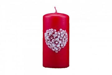 Dekorativní svíčka - válec, červená, plastický dekor srdce, 410g